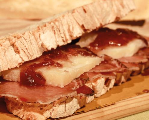 panino tradizionale toscano con lonzino al vino rosso pecorino toscano dop e cipolle rosse di suvereto