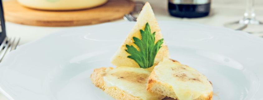 Crostone con Pecorino Toscano DOP e salsa alle acciughe